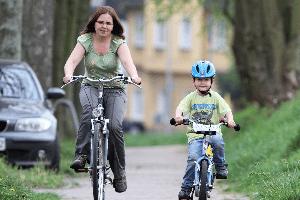 In der StVO in §2 steht, dass Kinder mit einer Begleitperson auf dem Gehweg Radfahren dürfen.