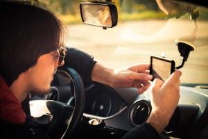 Gemäß der StVO §3 dürfen Sie Ihr Navi nur benutzen, wenn der Motor Ihres Fahrzeugs ausgeschaltet ist.
