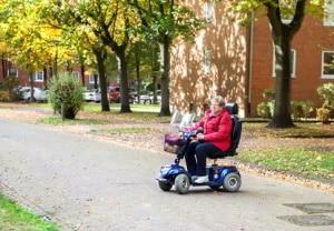 Gemäß StVO Paragraph 24 dürfen Elektro-Rollstühle auf Gehwegen fahren.