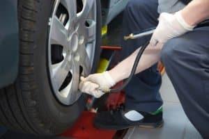 Die StVZO regelt auch die Untersuchung von Kraftfahrzeugen.