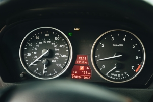 Tacho ungenau? Eine Toleranz weist das Auto bei der Geschwindigkeitsanzeige immer auf.
