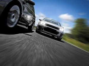 Das Tagfahrlicht soll die Sichtbarkeit der Fahrzeuge erhöhen, ist in Deutschland aber nicht Pflicht.