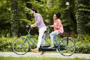 Ein Tandem-Fahrrad bietet Spaß für zwei.