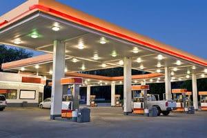 Bevor der Tank leer ist, sollte eine Tankstelle angefahren werden.