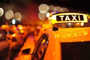 Nur Taxen dürfen in der zweiten Reihe halten, um Fahrgäste ein- und aussteigen zu lassen.