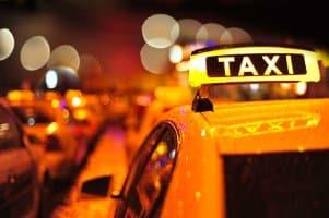 Langer Weg zum Taxischein: Untersuchung beim Arzt, Ortskundeprüfung und weitere Nachweise sind erforderlich.