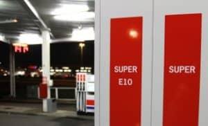 Die Teilkasko zahlt oft nicht, wenn ein Mitverschulden des Fahrers, wie z.B. das Steckenlassen des Autoschlüssels beim Bezahlen an der Tankstelle, vorliegt