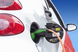 Wenn Sie einen Tesla mieten, können Sie fast lautlosen, elektrischen Fahrspaß erleben.