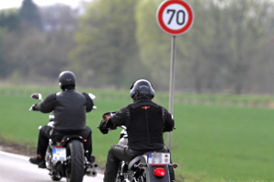 Mit unseren Tipps für Motorradfahrer kommen Sie sicher durch Herbst und Winter.