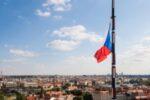 Tschechische Flagge im Wind.