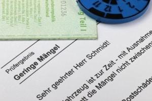 Das TÜV-Überziehen mit einem Anhänger, für den eine Sicherheitsprüfung nötig ist, bringt bereits ab dem ersten Monat ein Bußgeld mit sich.