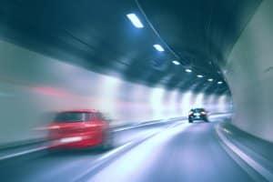 Auf welche Verhaltensweisen im Tunnel verweist das Verkehrsschild?