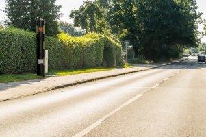 Wer über 70 km/h zu schnell innerorts fährt, dem drohen strengere Sanktionen als außerorts.