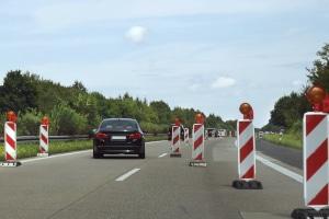 Das Überholen in Autobahnbaustellen ist häufig nicht möglich.