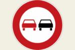 Ein Überholverbot Schild zeigt an, wo das Überholen untersagt ist.