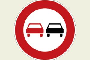 Ein Überholverbotsschild zeigt an, wo das Überholen untersagt ist.