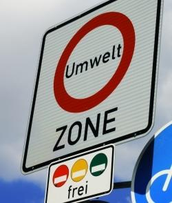 Mit einer Umweltplakette in Gelb, dürfen Sie nur in bestimmten Bereichen fahren.