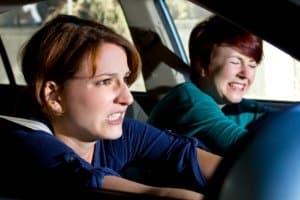 Zwei Frauen erleiden einen Unfall beim Abbiegen.