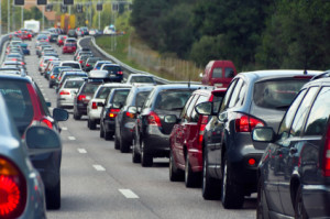 Die Fahrzeuge, die nach einem Unfall auf der Autobahn im Stau stehen, sollten eine Mittelgasse bilden