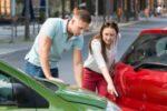 Bei einem Unfall mit dem Neuwagen steht zumeist die Frage nach einem Neuwagenersatz im Raum.