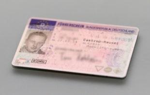 Unfall ohne Führerschein: Die Strafe entscheidet ein Richter. Es steht eine Freiheits- oder Geldstrafe im Raum.