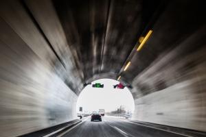 Ein Unfall im Tunnel kann bei falschem Verhalten gefährlich für alle Beteiligten sein.