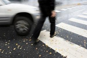Bei einem Unfall auf dem Zebrastreifen trifft den Fußgänger bei unachtsamem Verhalten unter Umständen eine Mitschuld.