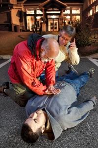 Unfallbeteiligte sollten sich unter anderem um verletzte Personen an der Unfallstelle kümmern und Erste Hilfe leisten.