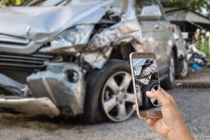 Es bietet sich an, den Unfallschaden bereits am Unfallort zu dokumentieren.