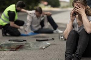 Ein Unfallzeuge sollte bei Personenschäden Erste Hilfe leisten.