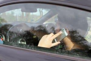 Unkonzentriert beim Autofahren? Die Reaktionszeit kann sich maßgeblich erhöhen.