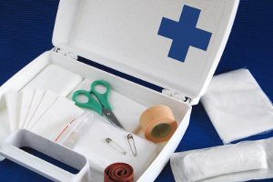 Aufgeklappter Verbandskasten mit Verbadsmaterial