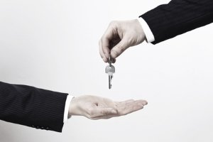 Für Verkäufer ist beim Kaufvertrag vom Auto der Moment der Übergabe entscheidend. Für Schäden haftet danach der Käufer.
