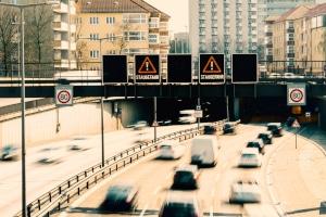 Es gibt unterschiedlichste Verkehrsbeeinflussungsanlagen (VBA).