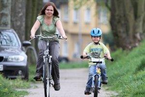 Durch die Verkehrserziehung mit dem Fahrrad erlernen Kinder die Teilnahme am Straßenverkehr.