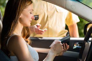 Verkehrsordnungswidrigkeitenverfahren: Die Polizei als zuständige Behörde hat einen gewissen Ermessensspielraum.