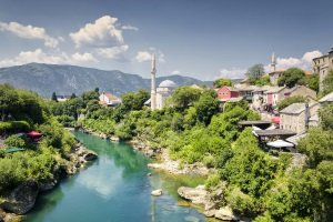 Mit dem Auto auf den Balkan? Dann sollten Urlauber auch die Verkehrsregeln in Bosnien kennen.