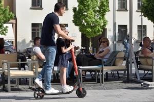 Die Verkehrsregeln für E-Scooter schreiben auch vor, dass dieser nur alleine genutzt werden darf.