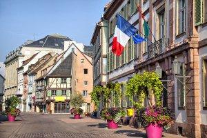 Die Verkehrsregeln in Frankreich gelten auch für eine kleine Straße oder Gasse.