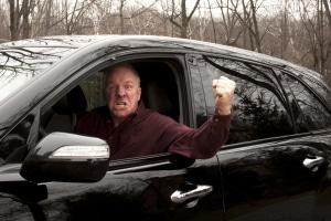 Durch sein rücksichtsloses Fahrverhalten gefährdet ein Verkehrsrowdy sich selbst und andere Verkehrsteilnehmer.