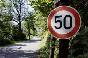 Verkehrsschilder geben in Dänemark nicht nur das Tempo vor, sondern können auch Sehenswürdigkeiten ankündigen.
