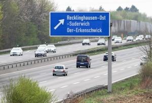 Wie in Deutschland sind für allgemeine Hinweise die Verkehrsschilder in Italien auf der Autobahn blau.