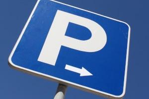 Es gibt verschiedene Verkehrsschilder für das Parken und Halten.