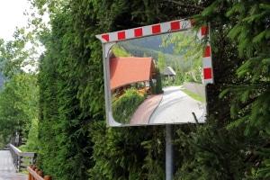 Wird durch einen Verkehrsspiegel eine Ausfahrt sicherer?