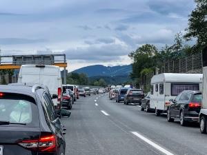 Bei langen Reisen: Bereiten Sie sich auch auf einen möglichen Verkehrsstau vor.