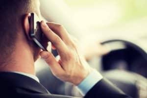 Als Verkehrssünder gelten unter anderem Autofahrer, welche am Steuer telefonieren.