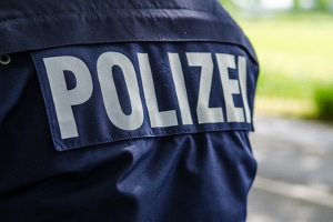 Besteht der Verdacht einer Straftat, sollte eine Verkehrsunfallanzeige bei der Polizei erstattet werden.