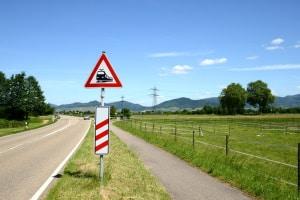 Das Verkehrszeichen 151 kündigt einen Bahnübergang an.