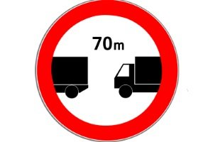 Das Verkehrszeichen Nr. 273 kann den Sicherheitsabstand auf der Landstraße vorschreiben.
