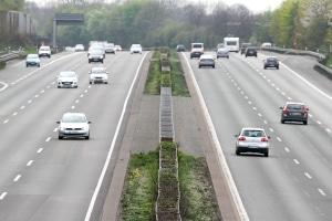 Verkehrszeichen auf der Autobahn dienen der Orientierung. Aber wer darf dort überhaupt fahren?